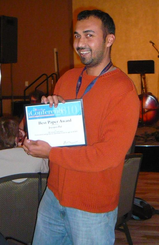 """Joyojeet Pal with his """"Best Paper"""" award from the 2010 iConference"""